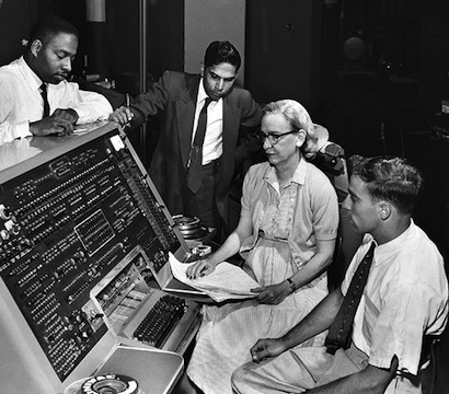 写真は https://en.wikipedia.org/wiki/Grace_Hopper から
